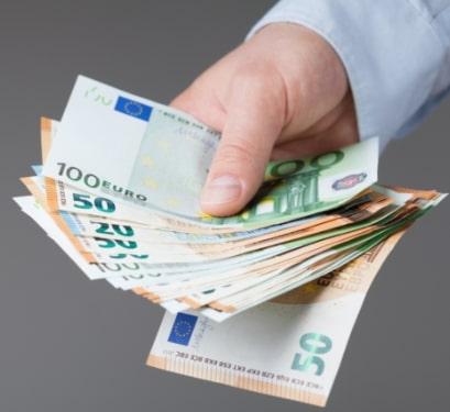 Geld Euro Scheine in der Hand