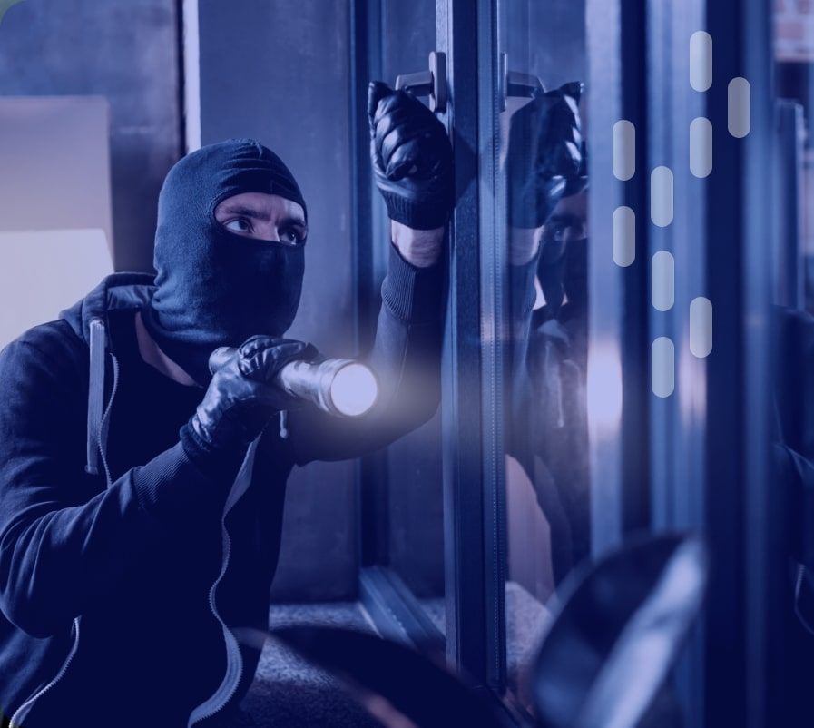 Einbrecher mit der Taschenlampe an der Tür