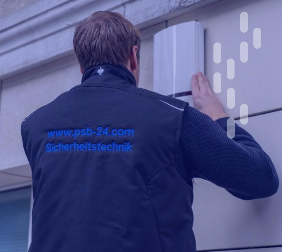 Protection Service Berlin Mitarbeiter bei Alarmanlage-Montage